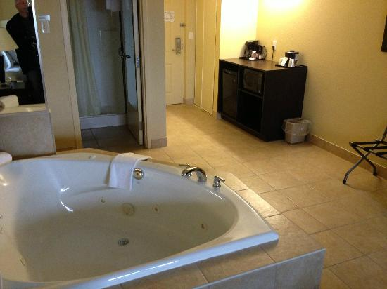 Country Inn & Suites By Carlson, Niagara Falls, ON: Hot tub / fridge / microwave