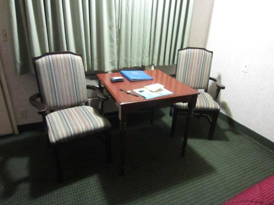 Comfort Inn Yosemite Area : nice table & chairs