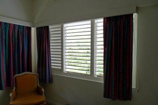 Pineapple Court Hotel: Bright windows
