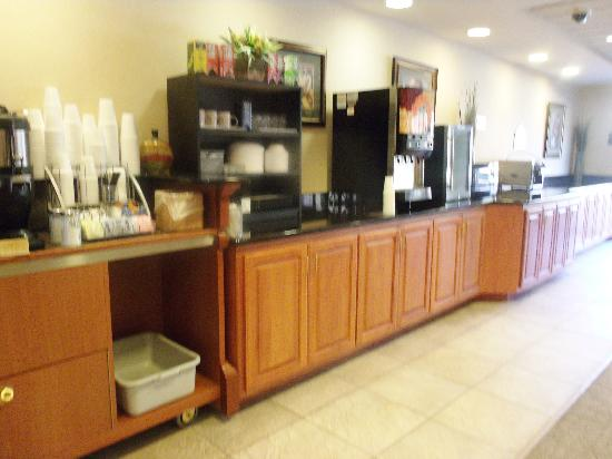 Wingate by Wyndham Tupelo: Guest Breakfast Bar