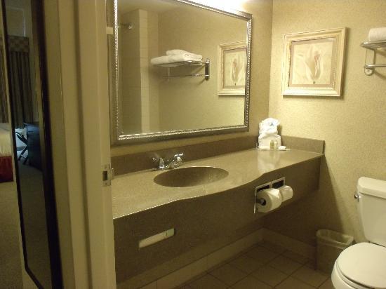 وين جيت باي ويندام توبيلو: Guest Room Bathroom
