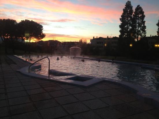 Hotel Smeraldo Terme : piscina esterna al tramonto