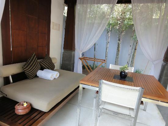 The Kayana Bali: 朝食を用意してくれるとこ(入口付近)プールの横です。