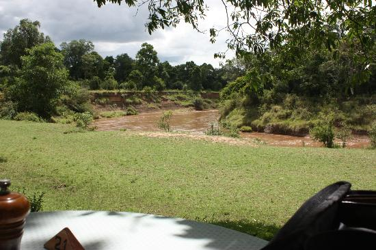 Governor's Camp: Outdoor dining for breakfast and lunch overlooking Mara River