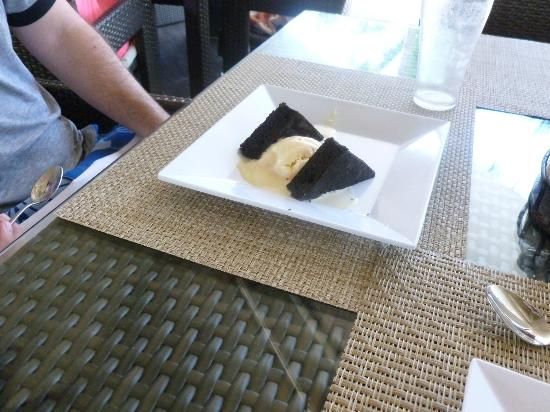 Catalonia Royal Bavaro: cake and ice cream at the sea blue