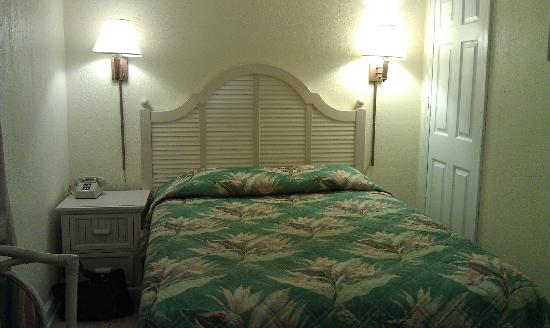 Suncoast Motel: Small motel room (Upstairs)