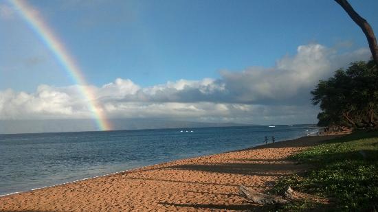 Honua Kai Resort & Spa: view of Molokai with rainbow from hotel beach