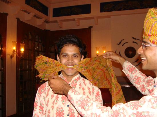 The Oberoi Rajvilas: Learning to tie the Rajasthani headwear