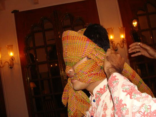 The Oberoi Rajvilas: Learning to tie the Rajasthani head wear