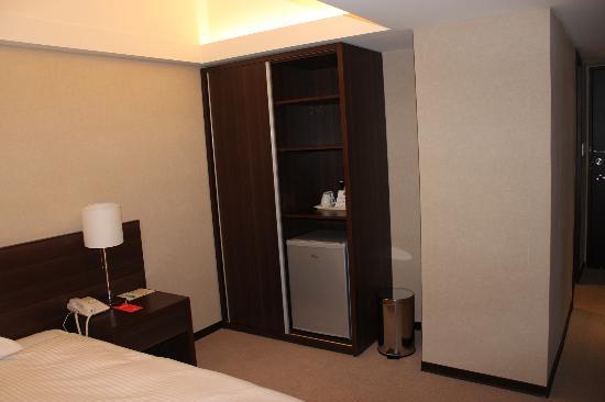 パラダイス ホテル(伊楽園大飯店), スライドするとハンガーがあり服も掛けられます。