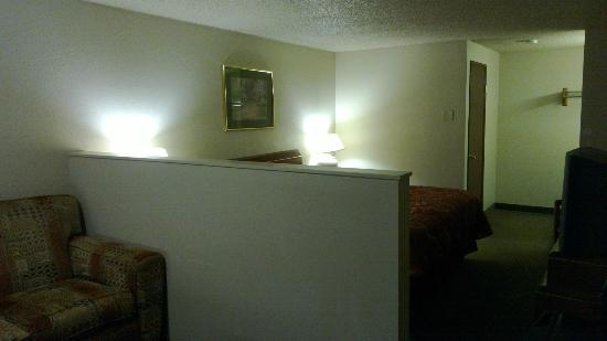 Econo Lodge Hillsboro-Portland West: Suite style room