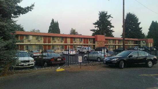 إكونو لودج إن آند سويتس: Hotel exterior 