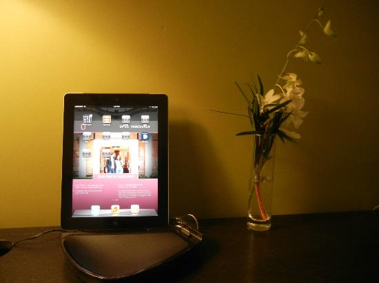 Opus Hotel: iPad on the charger at the desk in room