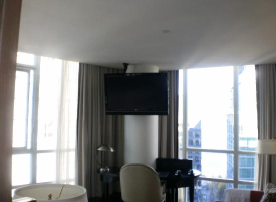 Loden Hotel : tv on pillar