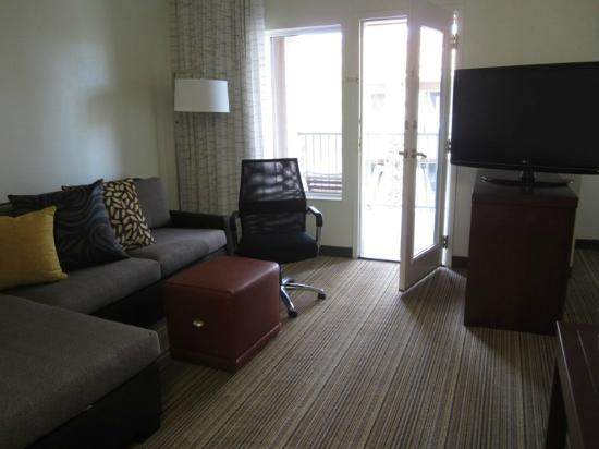 Residence Inn Palm Desert: Living area leading out to very big balcony