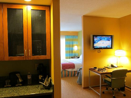 SpringHill Suites Virginia Beach Oceanfront: suite from front door