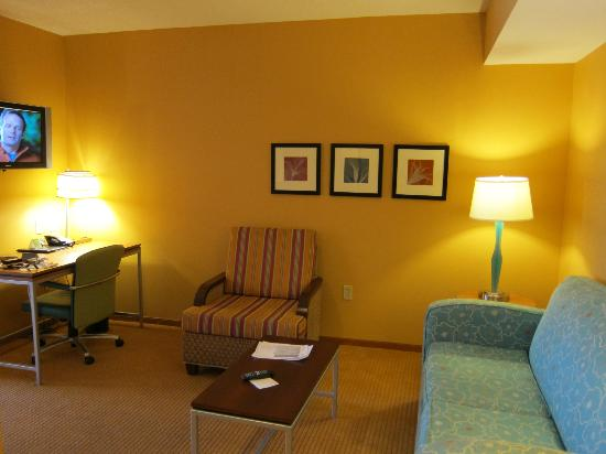 ‪‪SpringHill Suites Virginia Beach Oceanfront‬: TV, sofa, desk‬