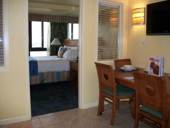 Ocean Sands Resort: Bedroom view from sitting room