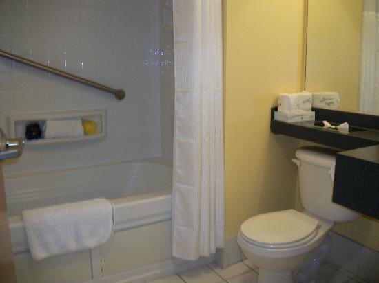 أوشن ساندز ريزورت: Decent size bathroom. It was CLEAN! 