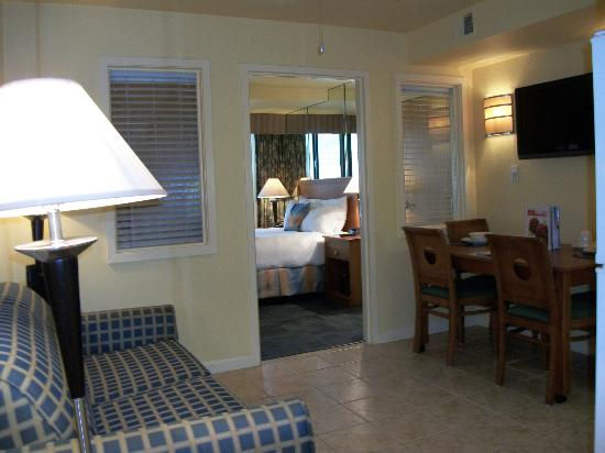 Ocean Sands Resort: Bedroom view from suite entryway