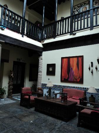 Hotel Zaguan del Darro: court/lobby