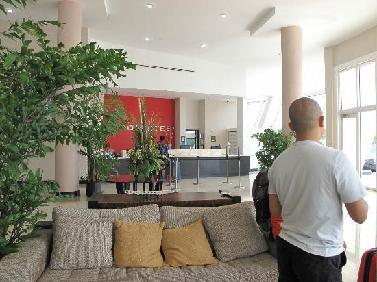 EuroSuites Hotel: hotel lobby