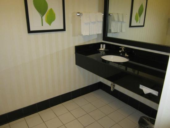 Fairfield Inn & Suites Tehachapi : Super clean bathroom