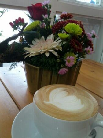 Windmills Cafe: My hot latte