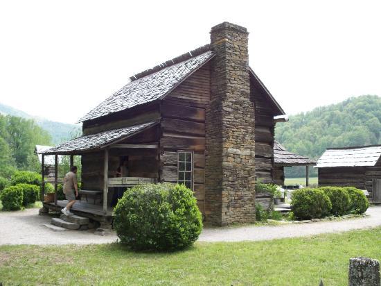 Oconaluftee Visitor Center : matched log house