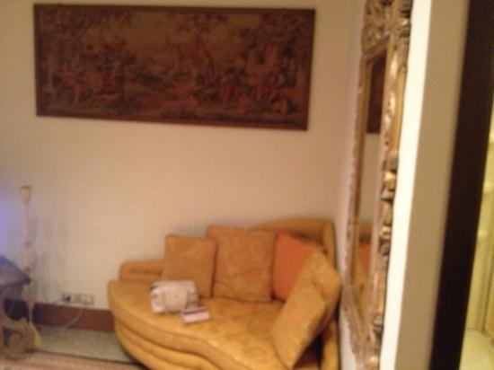 Hotel Portici: divano in camera