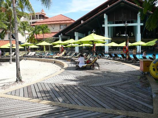 Sutera Harbour Resort (The Pacific Sutera & The Magellan Sutera): Poolside area 