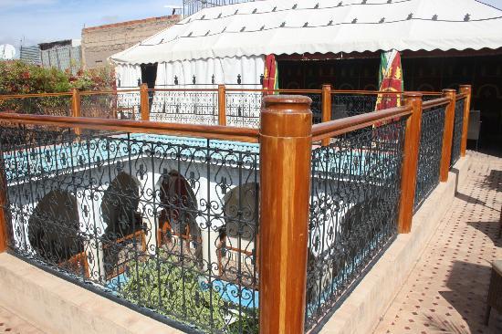 Riad Asrari: Tente berbère sur le toit 