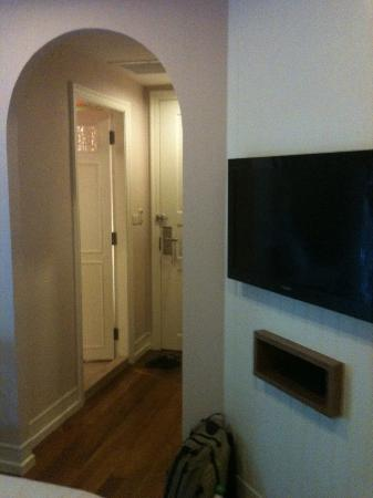 Salil Hotel Sukhumvit - Soi Thonglor 1: TV and archway in room (new wing)