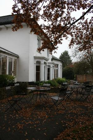 Hawkwell House Hotel: View of front of hotel.