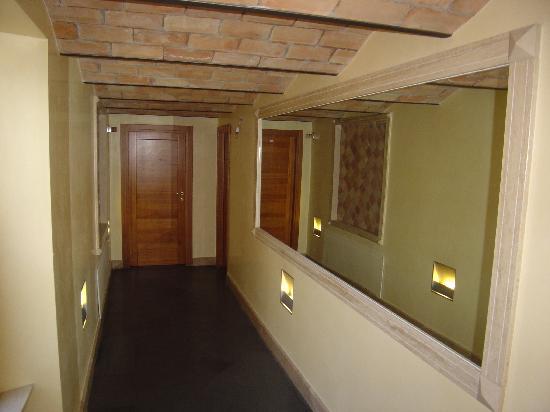 Hotel Mari 1: Corridoio bagni