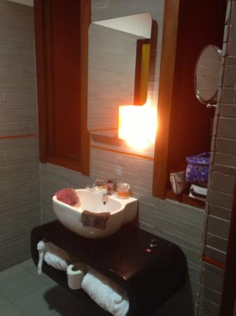 Orange Hotel: junior suite du 2ème étage : salle de bain