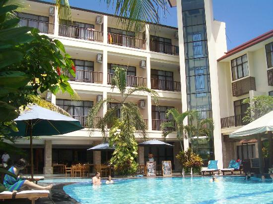 Best Western Resort Kuta: Pool with deluxe rooms with balcony in background