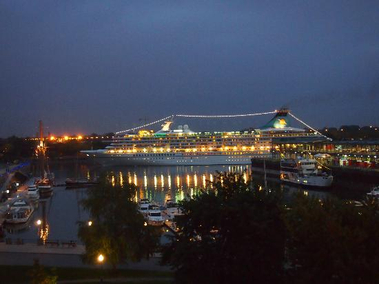 Auberge du Vieux-Port: Cruise ship leaving - view from Room 401