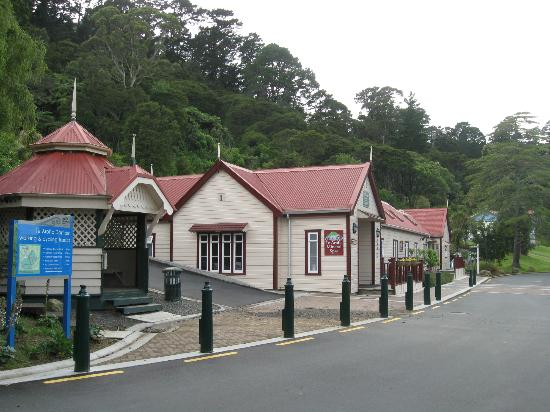 Te Aroha Motel: The spa complex behind the motel