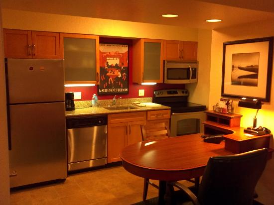 Residence Inn Long Beach: Newer kitchen