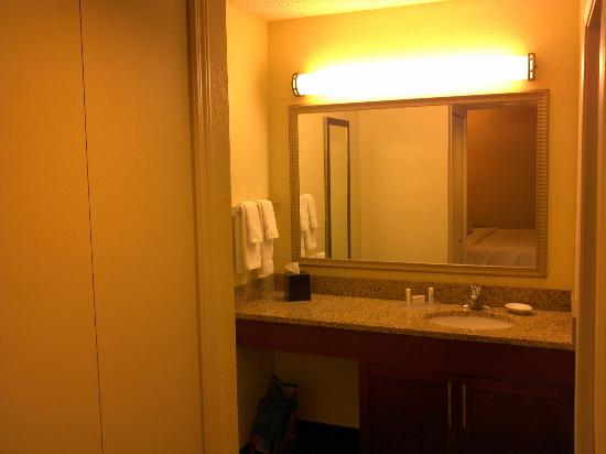 Residence Inn Long Beach: Decent, no frills bathroom