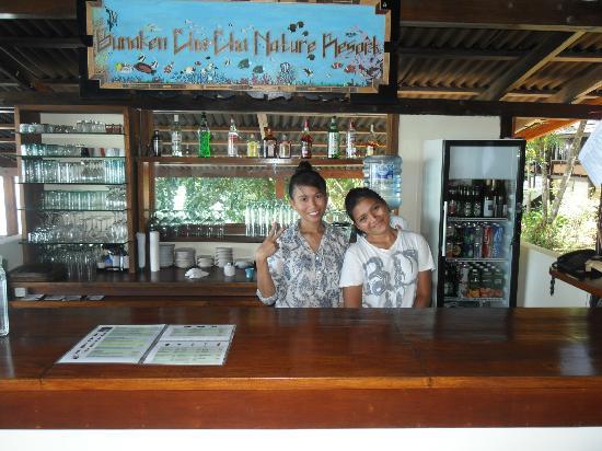 บูนาเกนชาช่าเนเจอร์รีสอร์ท: due ragazze dello staf