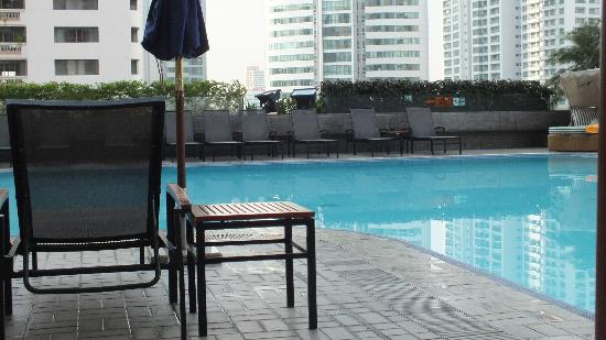 Rembrandt Hotel Bangkok: pool area,clean but needs a bit of attention
