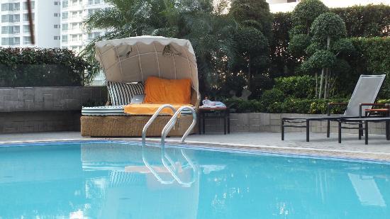 Rembrandt Hotel Bangkok: pool area