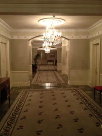 Hotel Meyrick: 4th floor corridor
