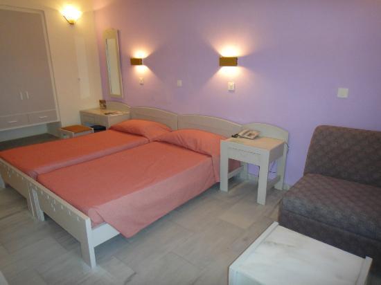 Santa Marina Beach Hotel: Notre chambre, spacieuse, trés propre et avec beaucoup de rangements.