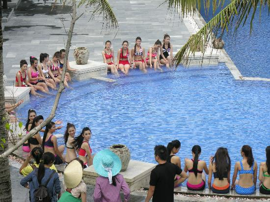 Ana Mandara Hue Beach Resort: Beauty Contest at the pool in the storm!