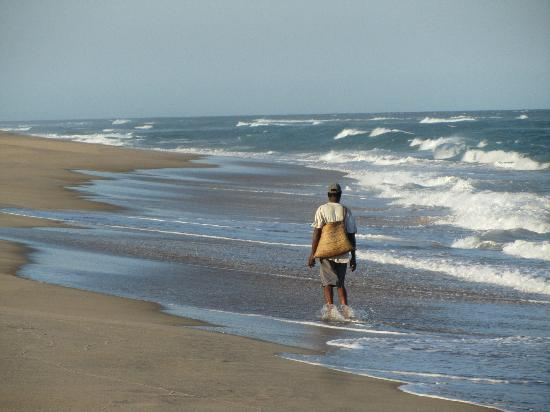 Dunes de Dovela eco-lodge: Local fisherman at the Indian Ocean