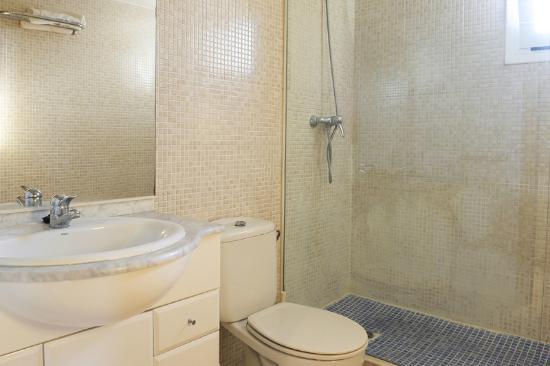 Apartamentos Turisticos Marsol: Baño completo con ducha