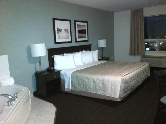 Super 8 Peterborough: King Size Bed and Jacuzzi Room